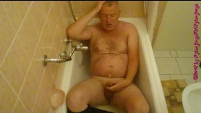 100354 - Pissing in the bathtub ** Holiday Wangerland 2018 **