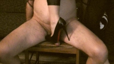 125326 - Mistress Valkiria crushes the poor slave's cock and balls