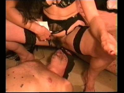 037.2.2 Peeing Mistress Isabella