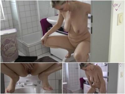 Horny MILF Peeing